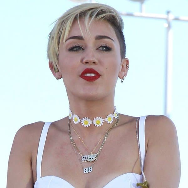 Aspiring Pop Star 20 And Her Two Year Old Daughter: Miley Cyrus Wears Sunflower Choker, Cries Performing