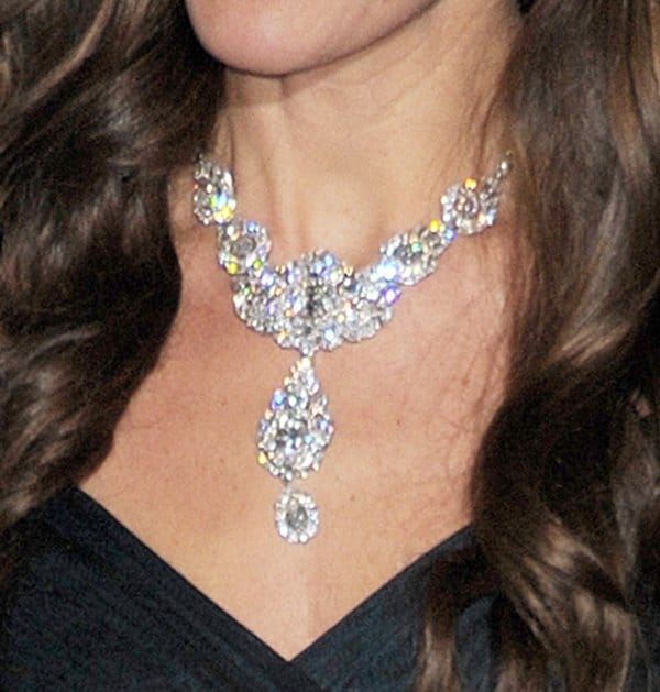 Kate Middleton Queen Necklace3