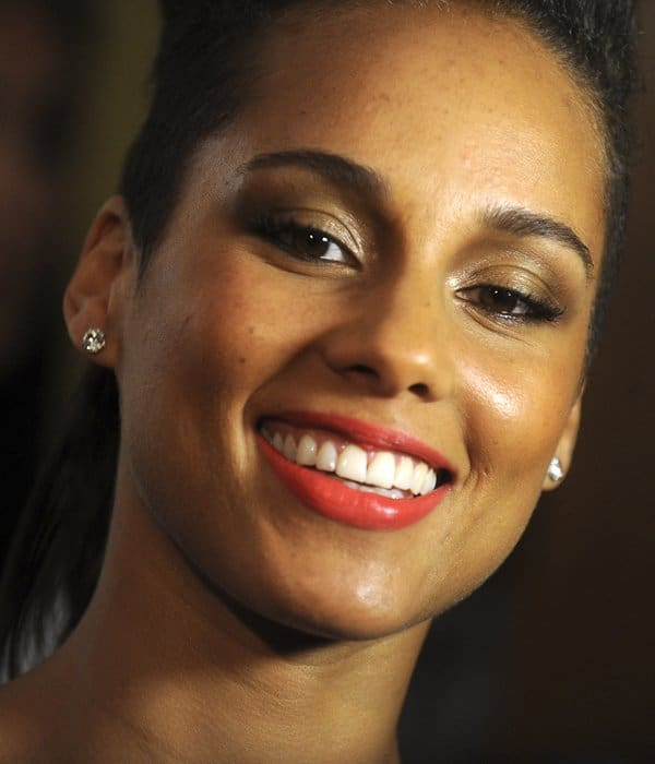 Alicia Keys opted for a simple but classic diamond stud earrings