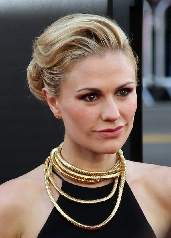 Anna Paquin punctuated her look with a long gold necklace chain that she wrapped around her neck
