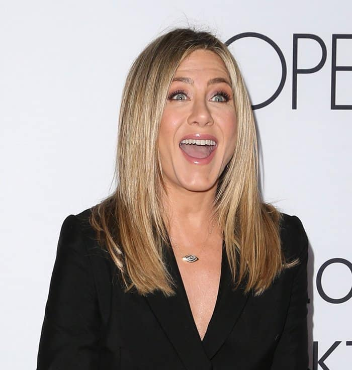 Jennifer Anistonin a blazer-like dress