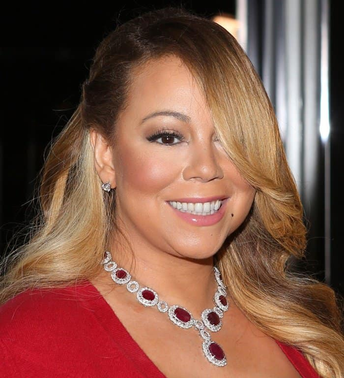 Mariah Carey made sure to pose properly, showcasing her blinding jewels to the photographers.